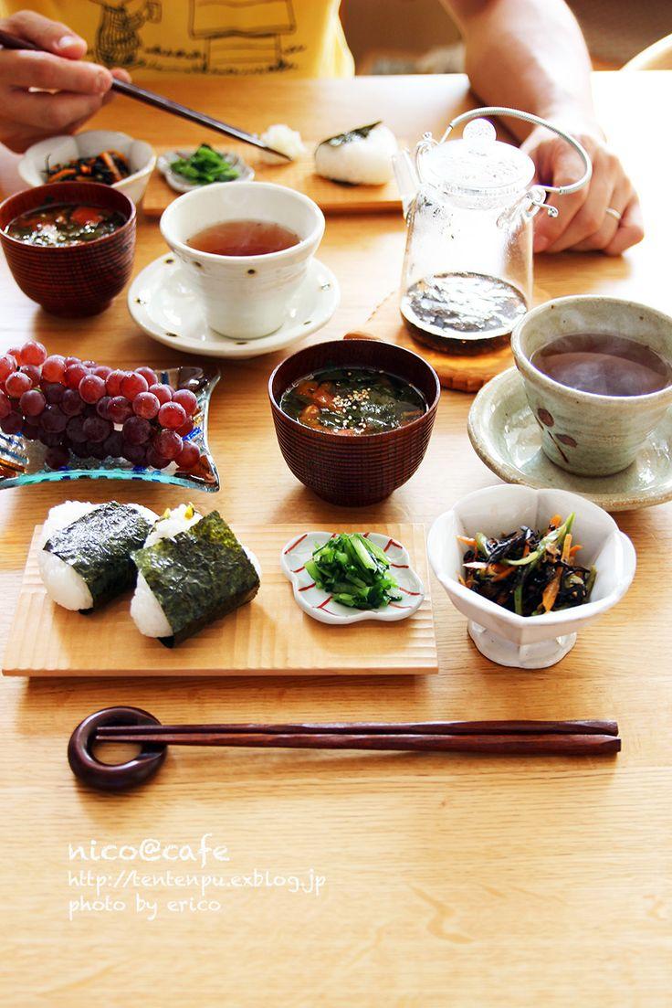 鮭と高菜のおにぎりとモロヘイヤトマトスープ定食モロヘイヤを袋い〜〜っぱいいただきました。茹でる前は大量でも、茹でてしまうとちまっとコンパクトに。刻んで粘り...