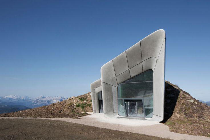 Zaha Hadid baute dem Everest-Besteiger ein neues Museum, und das steht standesgemäß hoch oben auf dem Kronplatz-Gipfel in Südtirol in 2275 Meter Höhe. (Foto: Werner Huthmacher)