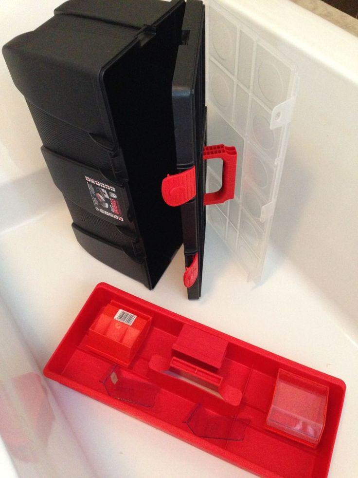 Die alte Werkzeugbox habe ich erste inmal in der Badewanne abgeduscht.