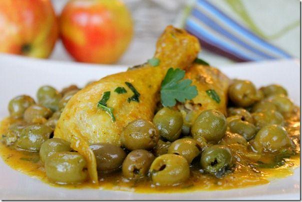Tajine zitoune, un plat de la cuisine algérienne, une recette de pouletet aux olivesvertes, un savoureux met, très populaire enAlgérie, léger et super