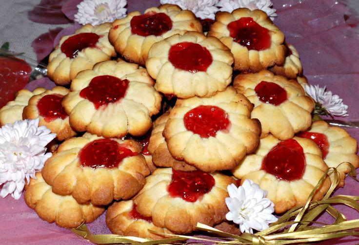 Фото к рецепту: Песочное печенье с малиновым вареньем Ромашка