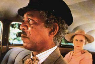 A SPASSO CON DAISY Da un lavoro teatrale vincitore del Pulitzer, la storia del rapporto nel corso degli anni tra una vedova ebrea e il suo autista di colore, che da semplice rapporto di lavoro finirà per diventare profonda amicizia, mentre sullo sfondo anche la storia dell'America cambia in modo inesorabile. Atlanta, 1948: alla stizzosa, irascibile Daisy Werthan, il dottore ha appena proibito di continuare a guidare l'automobile, e per questo il figlio le ha ingaggiato un autista, Hoke…