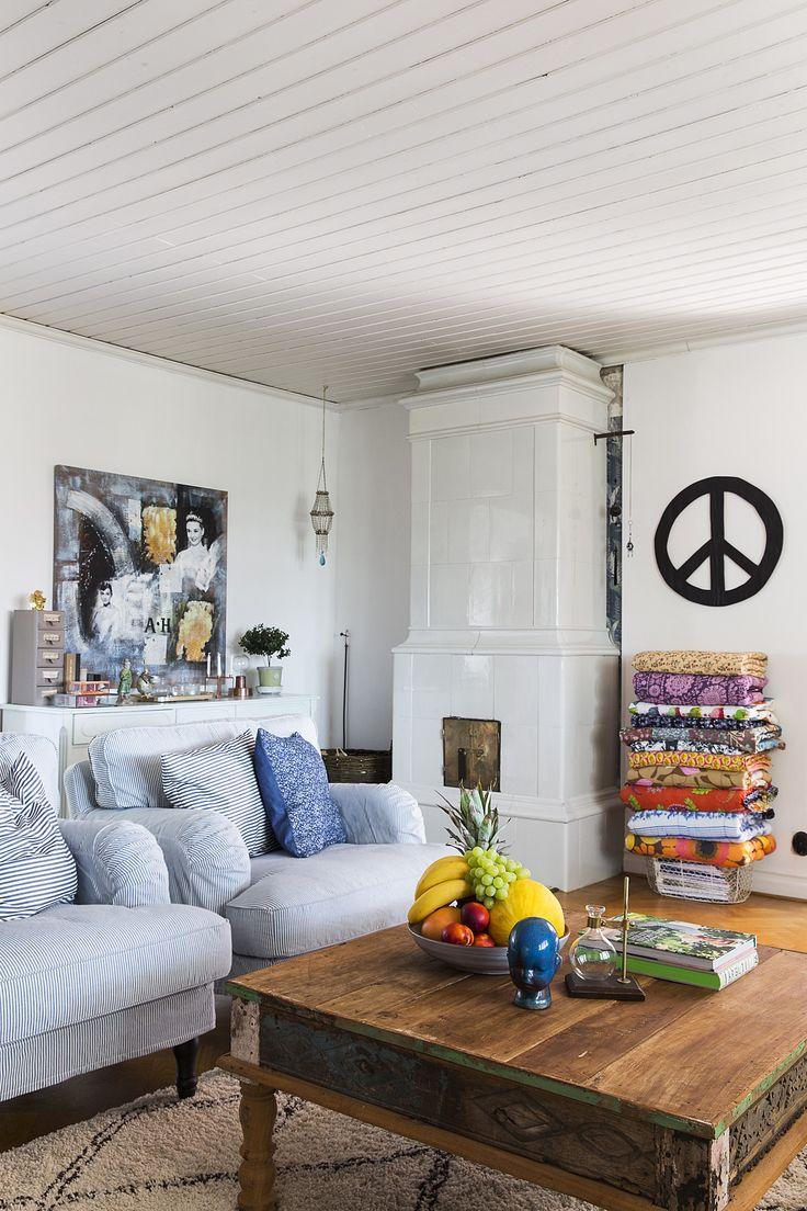 Valoisassa olohuoneessa ei voi kuin viihtyä. Dommon rustiikkinen pöytä, iloisen raidalliset nojatuolit, koriste-esineet ja jopa pöydälle asetelmaksi kootut hedelmät piristävät seinäpinnoiltaan vaaleasävyistä huonetta.