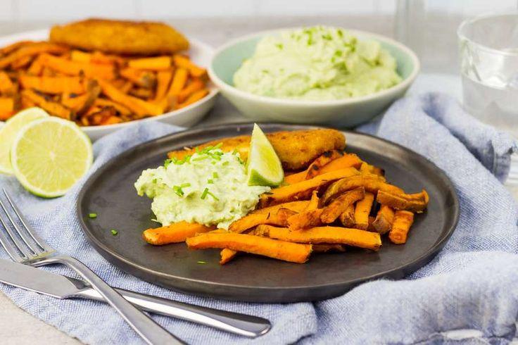 Recept voor kaasschelp voor 4 personen. Met zout, boter, peper, vegetarische schnitzel, geitenkaas, avocado, limoen, knoflook, Griekse yoghurt en zoete aardappel