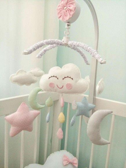 ..Mobile musical giratório para berço de bebê, com uma linda canção de ninar que dura em média 3 minutos..    Sua decoração vai ficar uma charme com esse mobile de nuvem com uma chuvinha colorida, estrela e lua.    Podemos personalizar as cores conforme sua decoração.    Acompanha suporte para fi...