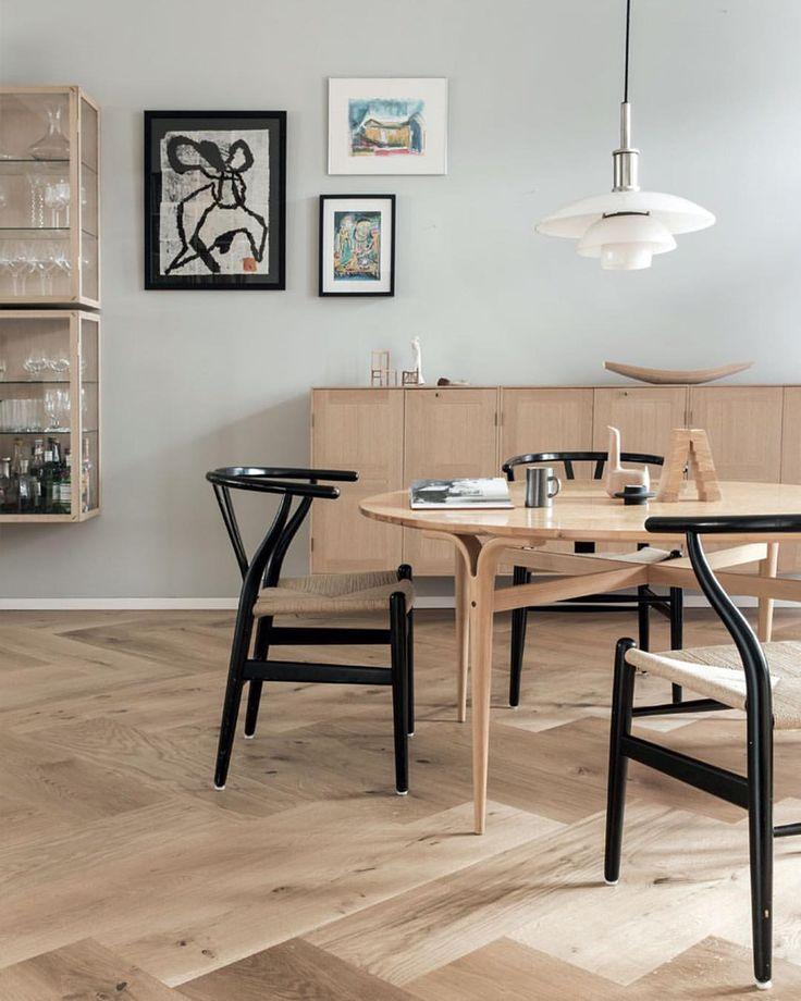"""191 Synes godt om, 1 kommentarer – BO BEDRE (@bobedredk) på Instagram: """"Denne hyggelige spisestue er indrettet med lyst, enkelt design, hvor sorte Y-stole fra Wegner giver…"""""""