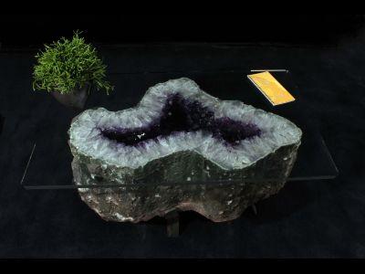 Inspiratie voor in huis. Unieke kristallen tafel van amethist voor het interieur.