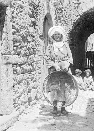 Γυναίκα με ρεμόνι (σήτα). Καλαμωτή Χίου, 1912-1928 Περικλής Παπαχατζιδάκης