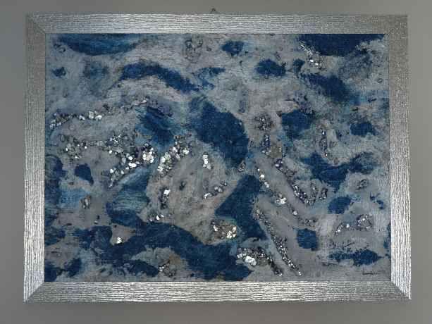 Specchio d'acqua  Autore Simona Iapichino Acrilico, malta, vetro su tela 70 cm x 50 cm  Descrizione:Frammenti di specchio,  frammenti di verità e di speranza.  Immagine riflessa  di un volto di donna,  persa nella sua ricerca di sé.