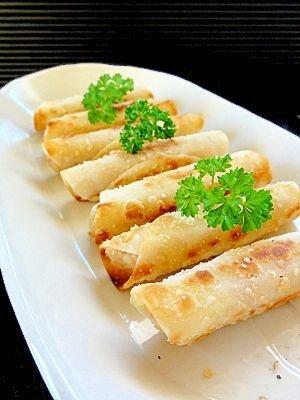 「ツナポテトのカリッとチーズ焼き♪」マッシュしたポテトにツナマヨを加え、餃子の皮でくるっと巻いて焼きました。仕上げにパルメザンチーズをふって、香ばしい〜♪【楽天レシピ】