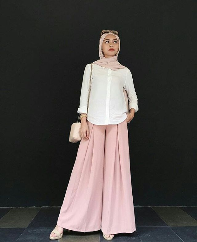 @izreensyafika says this colour combo is her go-to and we can relate! She nails it whilst wearing the Eris Box Pleated Flare Pants in Dusty Blush from @aere and @christyngshoes. Cool as ever.  #repost #fvootd