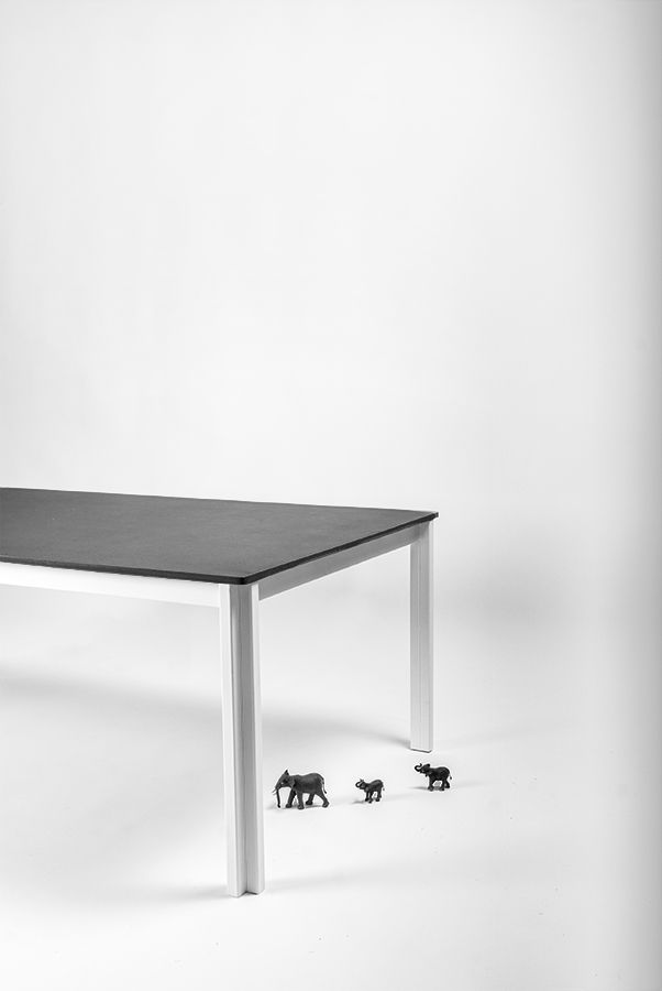 Snyggt vitt soffbord med svart betongskiva - nice white coffee table with black concrete top. Design @bjornwelander