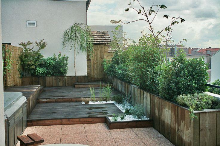 Terrasse en bois en ville avec végétation