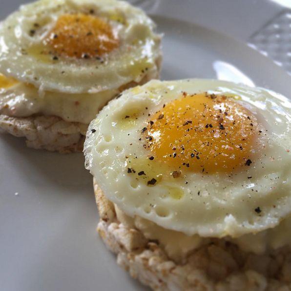 Separei pra vocês a receita que fiz com meu Eggfit com bolacha de arroz!