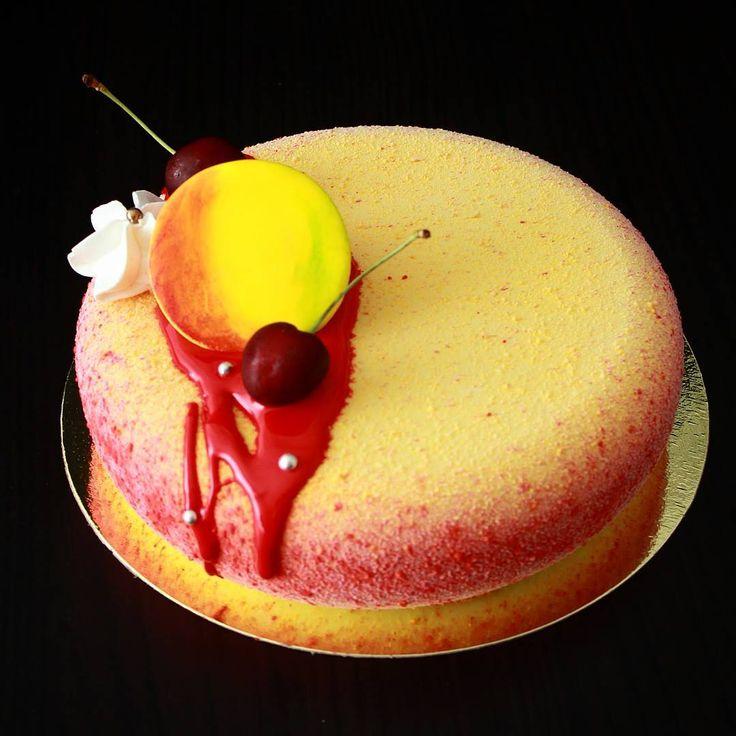 Сегодня день желтых тортов))) Предвосхищая вопросы про желтый кружок - это логотип фирмы. #торт #безмастики #тортбез#муссовыйторт #велюр #тортназаказмосква #тортыназаказмосква #торт_на_заказ_москва #торты_на_заказ_москва #chocolate #pastry_inspiration #pastryartru