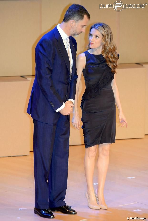 Prince Felipe and Princess Letizia attended the 'Principe de Girona Foundation Awards 2013' at the Auditori in Girona.  - Vestido azul con volante diagonal de hombro a cintura de Hugo Boss Completó su look con los salones nude de Magrit y los pendientes Chandellier que vistos de cerca son impactantes. - See more at: http://www.semana.es/elarmariodeletizia/2013/06/27/premios-fpdg-y-forum-impulsa/#sthash.wD77PvdU.dpuf