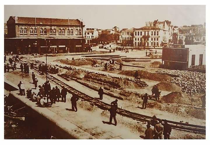 1930'lu yılların ortalarına doğru Kadıköy İskele Meydanı'nda tramvay hattı döşeme çalışmaları / İstanbul