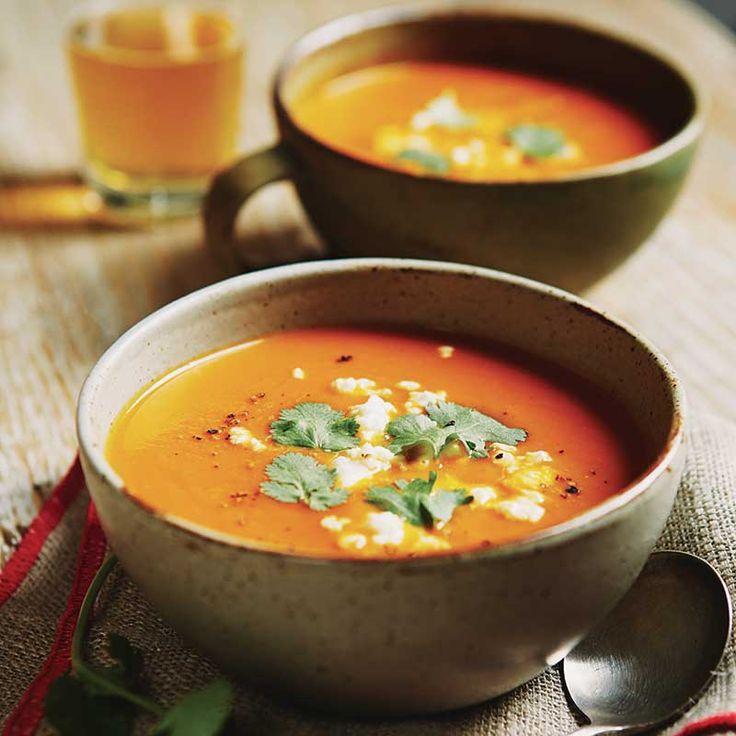 Potage aux légumes d'automne et pommes rôties. Servi avec coriandre et fromage féta. Un délice chaque fois! Vive l'arrivée de l'automne