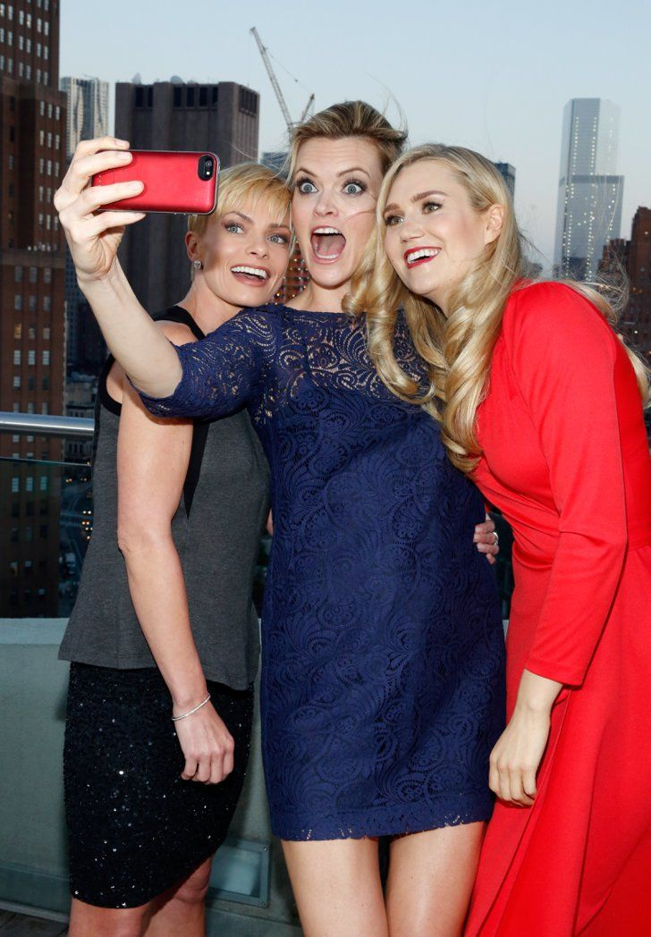 Pin for Later: Dites Cheese! Ces Stars Savent Comment Prendre un Bon Selfie Jaime Pressly, Missi Pyle, et Nora Kirkpatrick