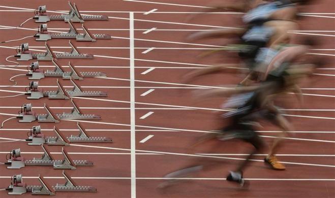 Salida de los corredores en la reina de los 100 metros en los campeonatos de atletismo al aire libre BUCS en el Estadio Olímpico en Londres. ¿A que ningún periódico deportivo español incluirá esta foto? Claro, todo es Pep (nóteseelsarcasmo)