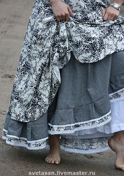 Love the layers on this skirt - I'm thinking solid burgundy and a calico print with burgundy in it . . .
