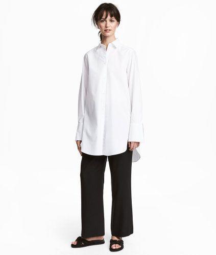 Sort. En vid bukse i vevd  Tencel® lyocell. Buksen har elastikk og snøring i midjen. Side- og baklommer. Normal midje.