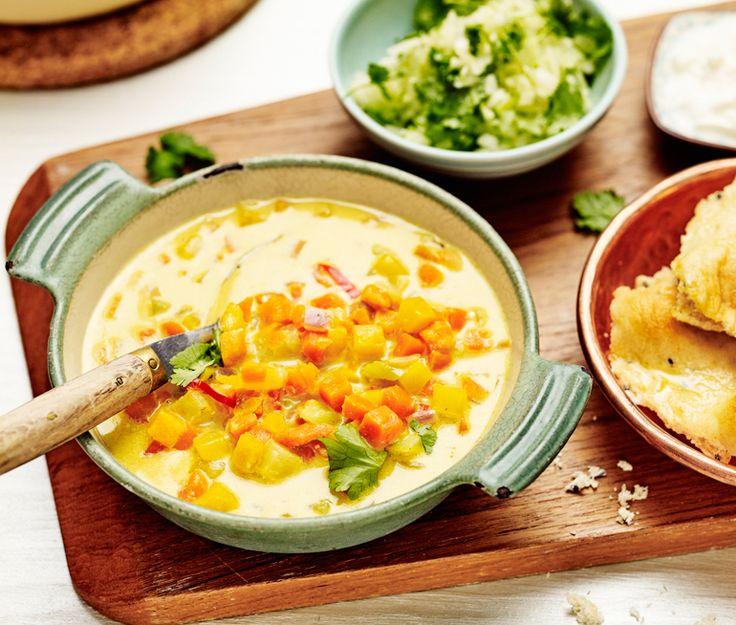 Vegetarisk pytt med morot, kålrabbi och rödlök är grunden i den här grytan, som kryddas med bland annat curry, spiskummin och koriander. Servera med blomkålsris, naanbröd och turkisk yoghurt. Go' kväll Indien!