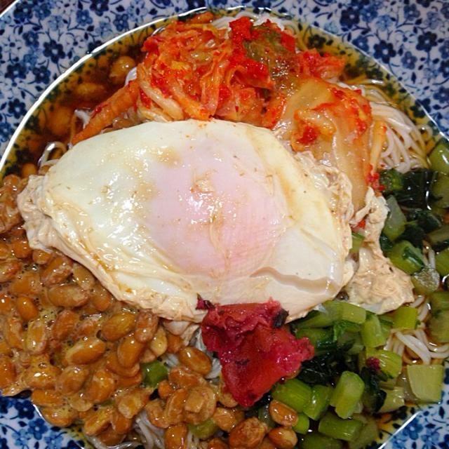 なんかお腹すいたなあ、って思ったら昼ごはんを忘れて居ました。ささっと作れる一皿そうめん。  面を茹でて、納豆と野沢菜とキムチと卵を乗せました。 - 13件のもぐもぐ - 一皿そうめん by Yukarisnaka