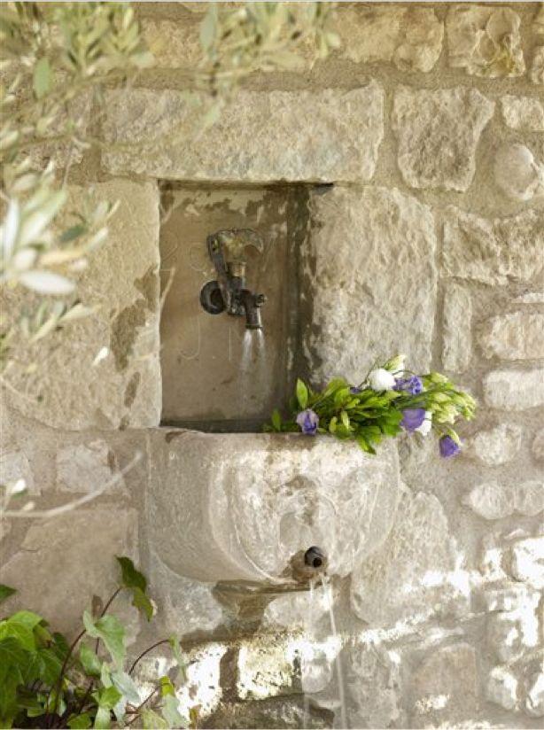 Beautiful stone wall fountain.  CASA TRÈS CHIC: RELAXANDO NO FIM DE SEMANA