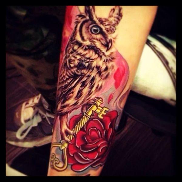 """#casttattoo Ecco il tatuaggio di """"info"""". """" Per avere sulla pelle il ricordo delle persone che amo e che ho amato. Il gufo: mio nonno con gli occhi azzurri come i suoi, una presenza costante nella mia vita; la rosa: la mia famiglia; la chiave: mio marito l'amore della mia vita. """" http://tattoo.codcast.it/"""