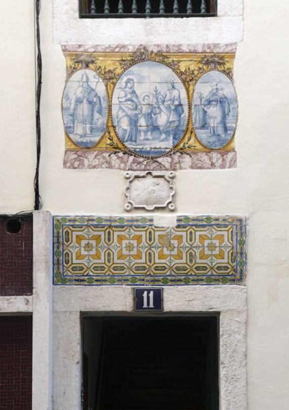 Lisboa | Bairro Alto [© Ana Almeida] #Azulejo #AzulejoDoMês #AzulejoOfTheMonth #Santos #Saints