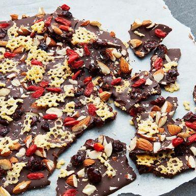 Överraska med ett annorlunda chokladbräck. Det kanske är svårt att tro, men ost och choklad tillsammans med crunchiga sötmandlar och syrliga bär blir en garanterad hit.