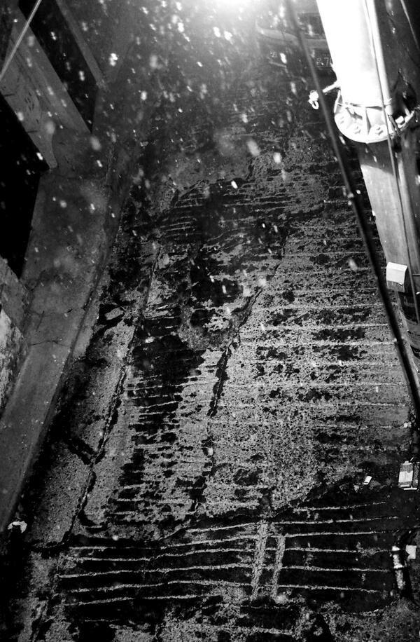 좌린 @zwarin / 골목길 / #골목 #바닥 #눈 / 2014 01 20 /