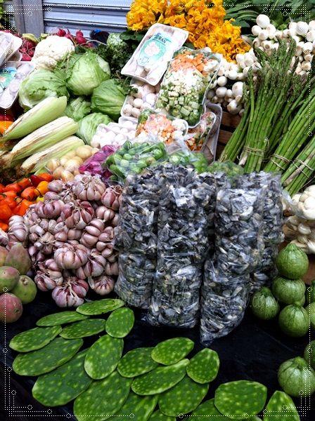 Puesto en el mercado huitlacoche, ajos, elotes, flor de calabaza, nopales, tunas, calabacitas, cebollas, rábanos. mmm qué delicia