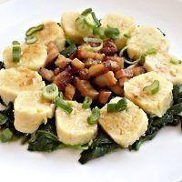 Recept : Výpečky z uzeného boku, dušený čerstvý špenát, bramborové knedlíčky   ReceptyOnLine.cz - kuchařka, recepty a inspirace
