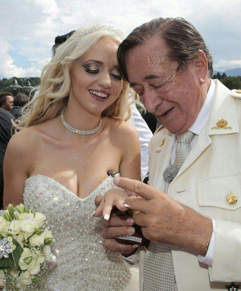 Der 83-jährige Lugner bringt seit mehr als 20 Jahren bezahlte Prominente zu dem...
