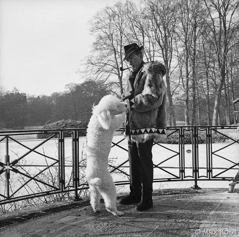Prins Bernard met 1 van zijn koningspoedels op het terras, 1965 Capi of Bonzo?