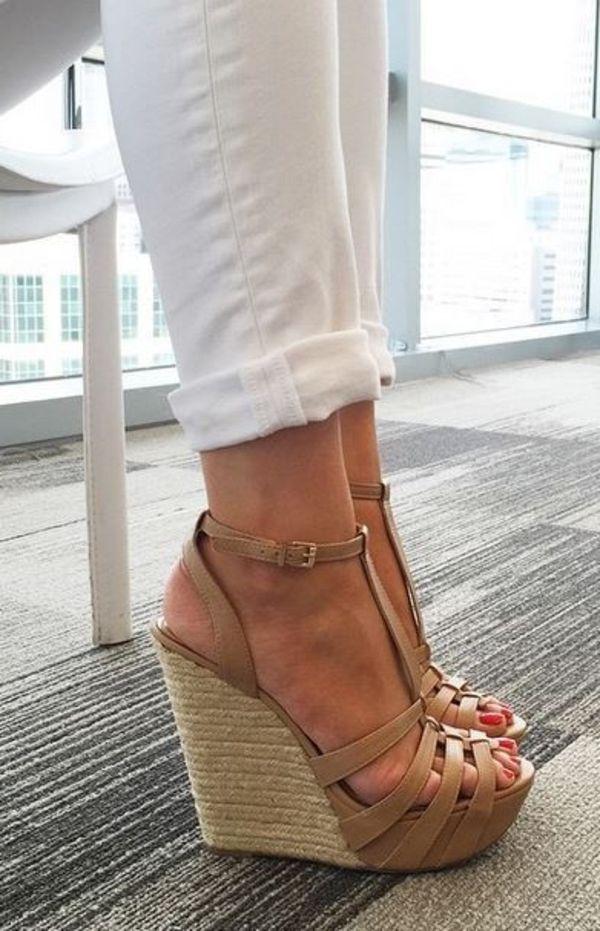 les sandales compensées, bien combinées avec un pantalon blanc