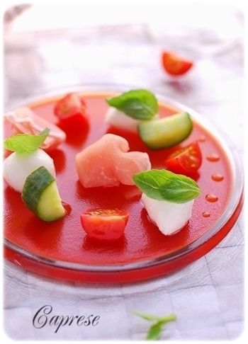 みんな大好き!カプレーゼをアレンジして楽しんでみよう♪レシピをご ... トマトジュレにモツァレラチーズ、ミニトマト、キュウリ、生ハムを飾ります。きゅうり トマト サラダ