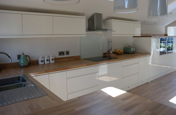 Multiwood welford handleless gloss cream kitchen for Blue and cream kitchen ideas