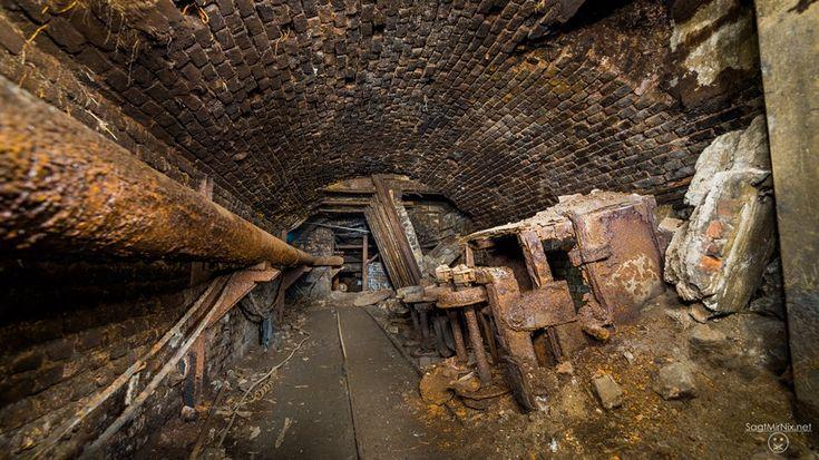 Alte Loren wie aus dem Steinkohlenbergbau rosten auf ihren Gleisen vor sich hin.  Verlassene Orte NRW: Ein unterirdischer Lost Place in Bochum - ein Ort mit über 150 Jahren Industriegeschichte. Ruhrgebiet unterm Brennglas.