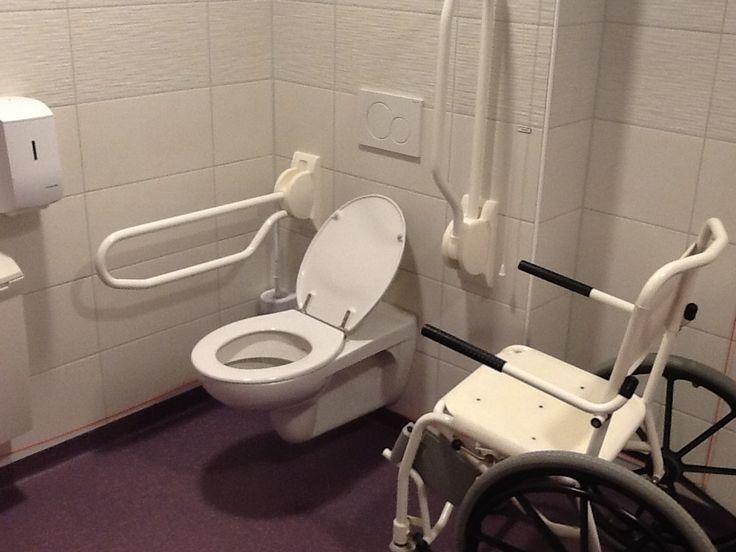 Voor personen in een rolstoel en gebruikers van scootmobielen en visueel  gehandicapten  is het gebouw goed toegankelijk. Twee ruime invalideparkeerplaatsen voor de deur, een brede mooie flauwe helling als ophang naar het zwembad maakt het makkelijk om binnen te komen bij het Zuiderdiep. De balie is laag dus is het geen probleem om je aan te melden, al zit je in een rolstoel.