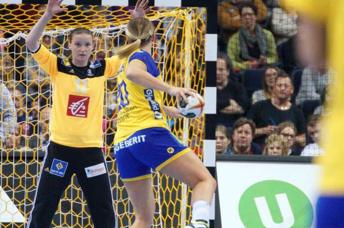 """Handball WM 2017 Deutschland - Halbfinale: Im zweiten Halbfinale gewann Frankreich in einem Handball-Thriller gegen Schweden mit 24:22 (11:12) Toren. Beide Teams agierten auf Augenhöhe und am Ende gewannen die etwas defensiv stärkeren Französinnen um """"Matchplayer"""" Amandine Leynaud."""
