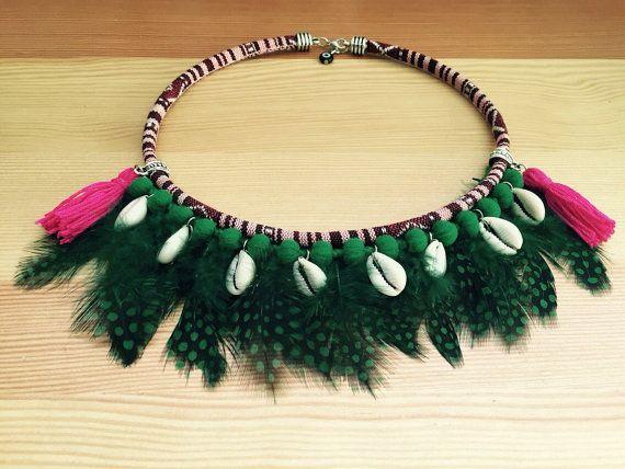 Gargantilla étnica con plumas verdes.