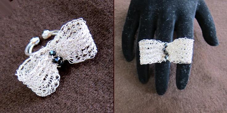 Πλεκτό δακτυλίδι από διπλό σύρμα χαλκού βαμμένο σε ασημί χρώμα και πετρούλες swarofski
