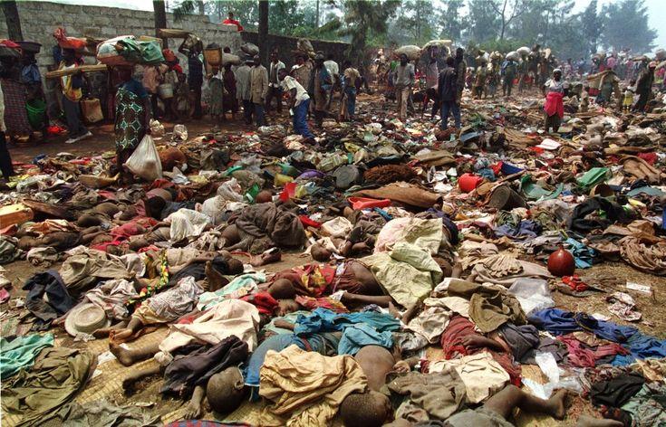 ZAIR, Goma, 18 lipca 1994: Uciekinierzy przechodzą obok ciał ofiar zasadzki zorganizowanej poprzedniego dnia przy granicy z Zairem.Ludobójstwo w Rwandzie