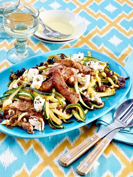 Zucchini-Spaghetti mit Ziegenfrischkäse und Steakstreifen
