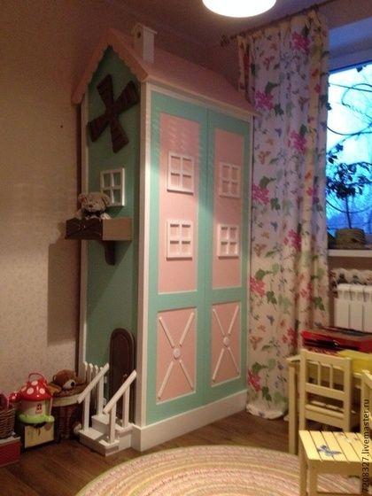 Сказочный шкаф для одежды в виде мельницы это поистине волшебный предмет интерьера! Декоративные элементы в виде окошек, крутящиеся вертушки, скворечник, балкон, крыльцо создадут игривое настроение в детской комнате.