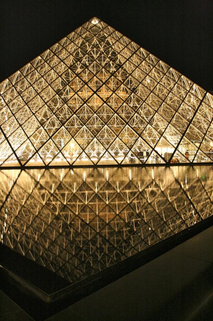 Louvre's reflection. Paris - France.