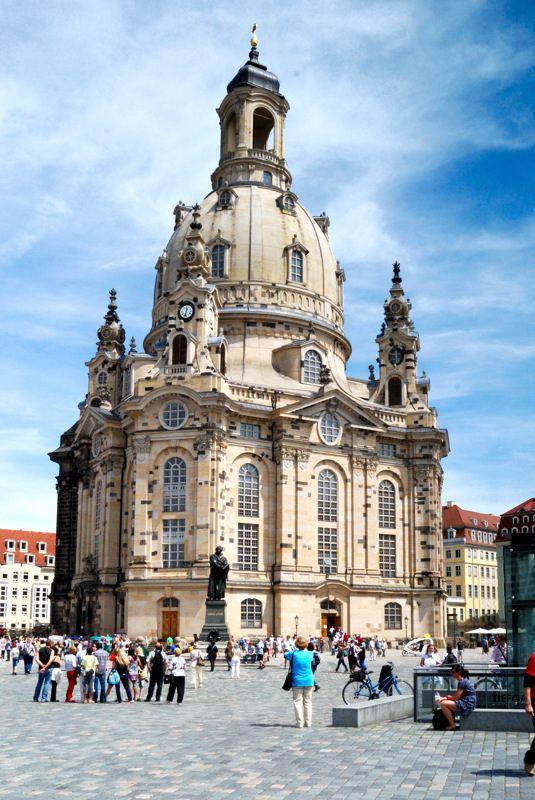 Die Dresdner Frauenkirche ist ein Symbol des Friedens und Völkerversöhnung. Sie ist aber auch ein barockes Baukunstwerk, welches den Kanonenkugeln im Siebenjährigen Krieg und den Bombenhagel 1945 überstand. Nur dem entstandenen Feuer des Bombenhagels ist sie erlegen Gern unterbreiten wir Ihnen ein Angebot und vermitteln Ihnen einen Rundgang durch die Frauenkirche inklusive einer Stadtrundfahrt durch Dresden (Hop On Hop Off – 2tägig) sowie eine entsprechende Hotelunterkunft